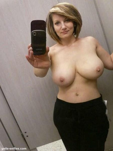 Hausfrau mit dicken Titten auf einem Selfie